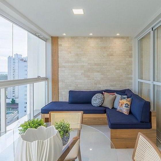 Aconchegante e sofisticado banco de varanda com base de tauari.