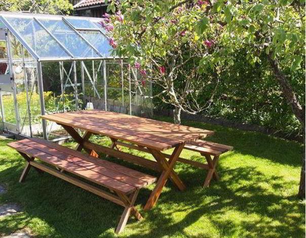 Mesa e bancos para jardim feitos de freijó.