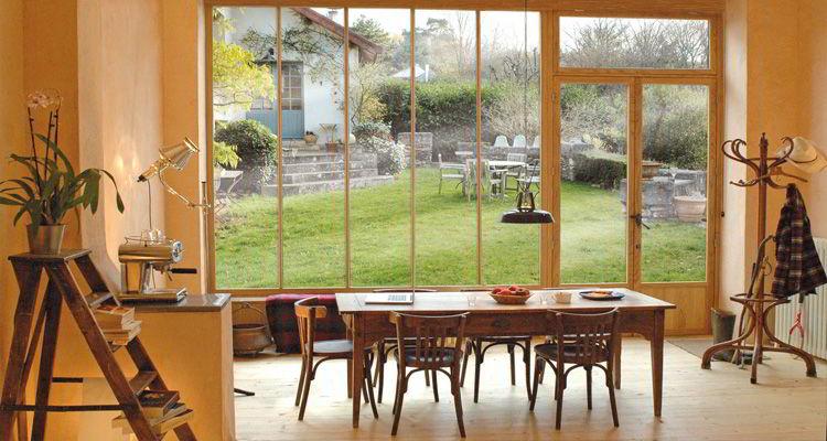 Bela janela ampla feita de vidro e madeira de tauari.