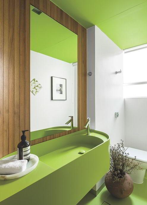 Freijó aplicada em parede de madeira num banheiro moderno.