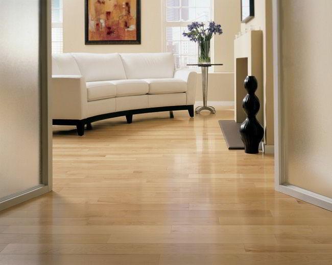 O assoalho de madeira tauari dá a sensação de amplitude pela sua coloração clara.