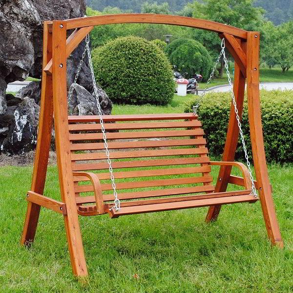 Banco de madeira de balanço para jardim.