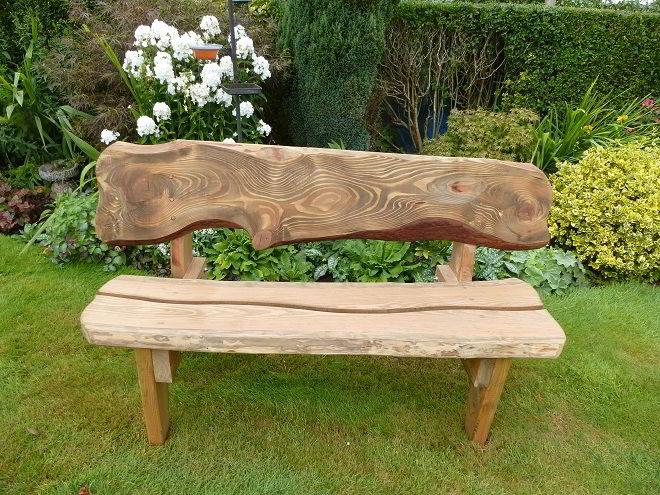 Banco de madeira no estilo rústico para jardim externo.