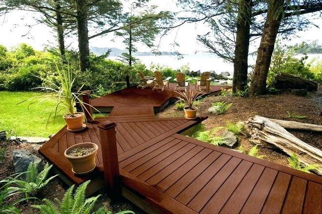Belo caminho de madeira para jardim.