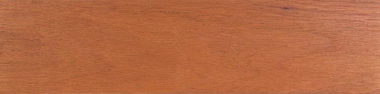 Coloração e textura da madeira de cedro.