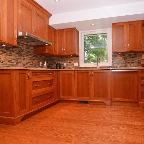 Cozinha com assoalho de carvalho vermelho.