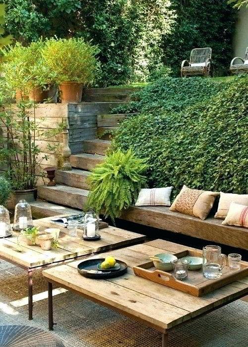 A decoração rústica combina perfeitamente com a natureza do jardim externo.