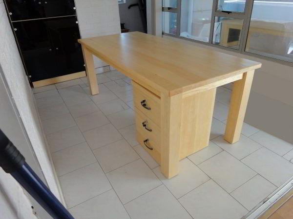 Escrivaninha feita de madeira caixeta.