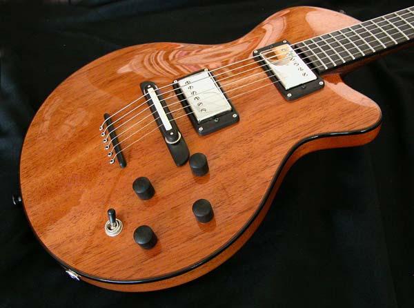 Guitarra envernizada feita de madeira cedro.