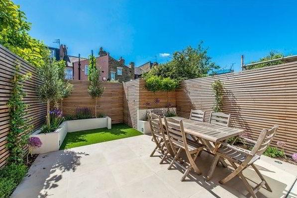 Cerca de madeira moderna instalada como painel em casa urbana.