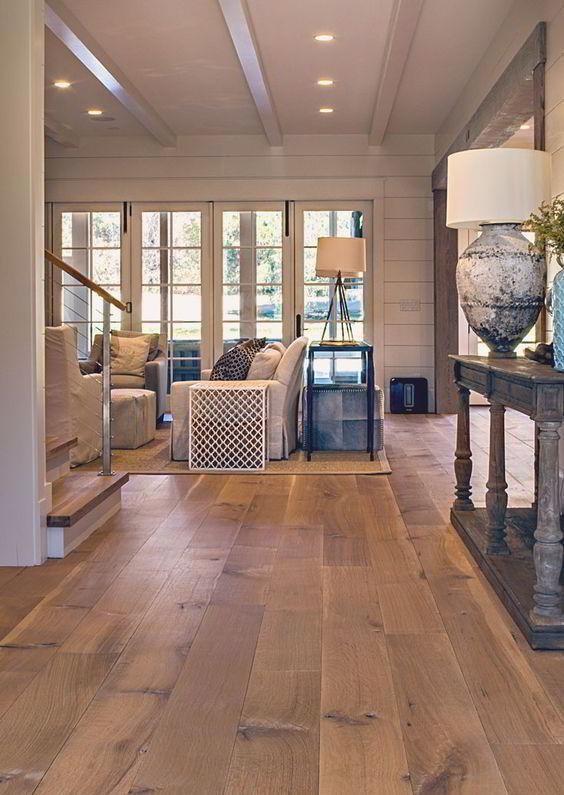 Assoalho com tábuas largas feito com madeira de carvalho branco.
