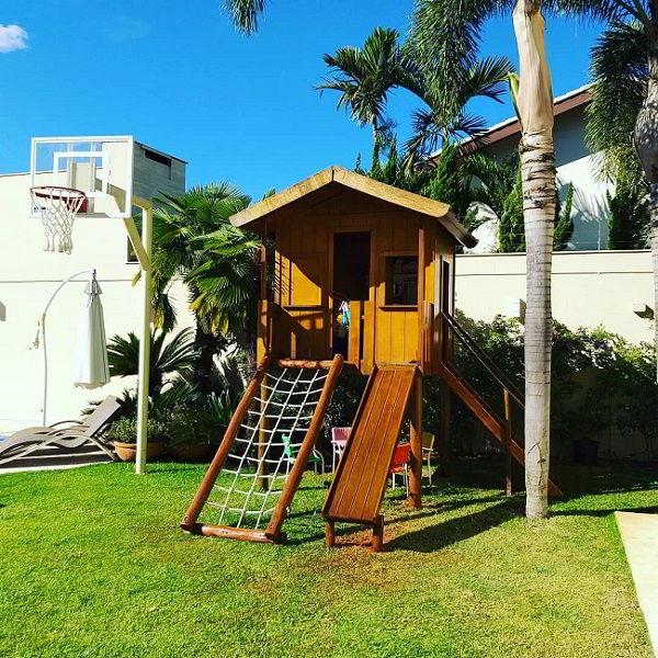 Playground feito de madeira de eucalipto tratado para jardim com madeira.