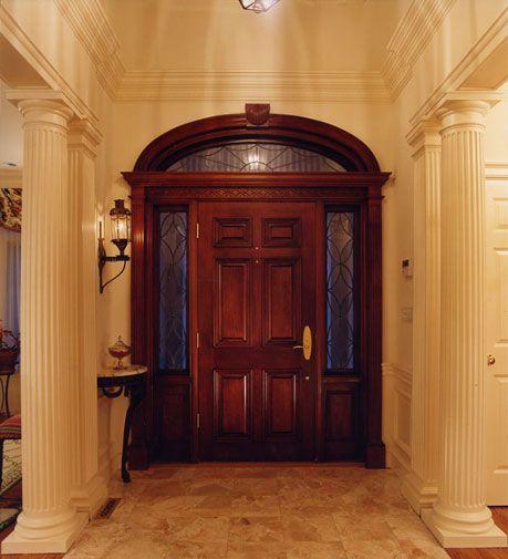 Porta do hall de entrada de madeira de cedro-vermelho.