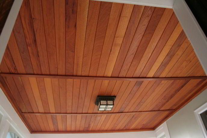 Teto feito de madeira cedro.