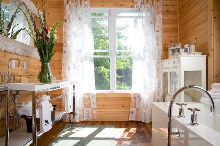 Banheiro com parede de madeira pinus.