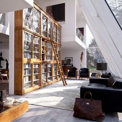 Sofisticada estante de madeira cerejeira com vidro temperado em ambiente elegante.