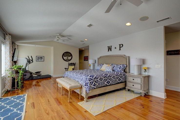 Piso de pinus tratado em quarto de casal.