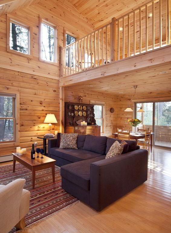 Ambiente revestido de madeira pinus com objetos decorativos feitos de outras m,adeiras naturais.