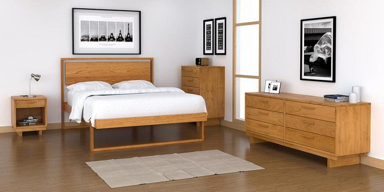 Belíssimo quarto com cama e outros móveis de madeira cerejeira.