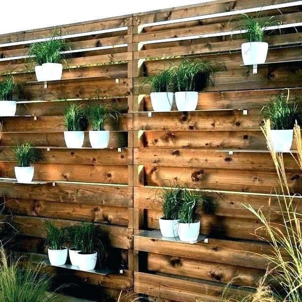 Treliça feita de madeira para abrigar vasos de plantas no jardim.
