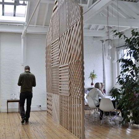 Privacidade garantida por uma treliça de madeira.