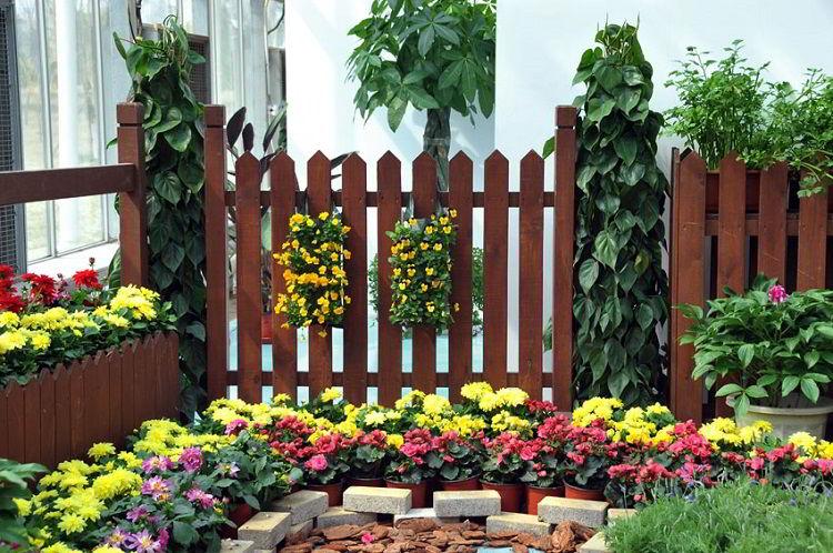Cerca de madeira para jardim marrom.