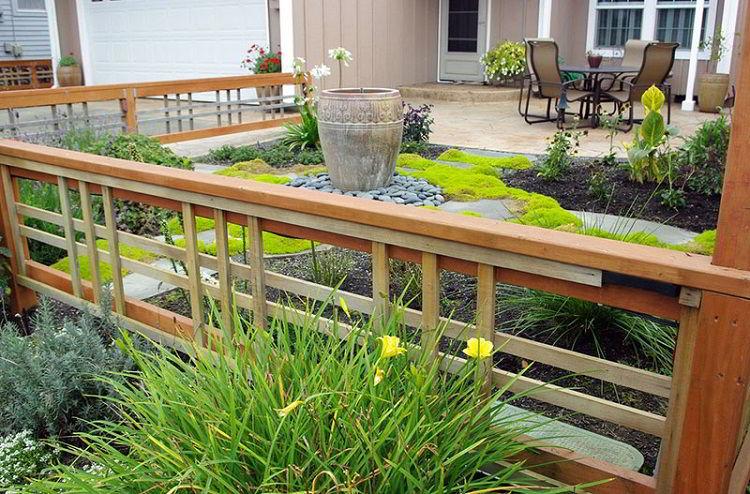 Cerca de madeira diferente instalada em jardim.