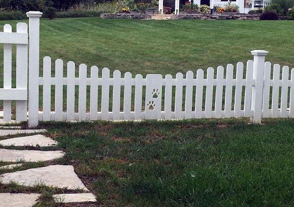 Cerca de madeira para cachorro branca com duas patinhas.