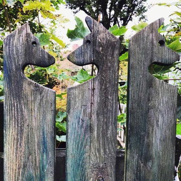 Cerca de madeira para cachorro personalizada.