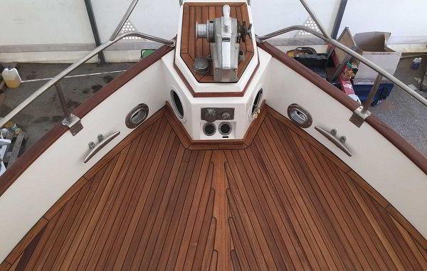 Barco de madeira teca.