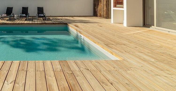 Deck de piscina feito de madeira tatajuba.