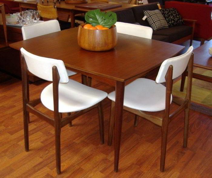 Mesa e cadeiras de teca.