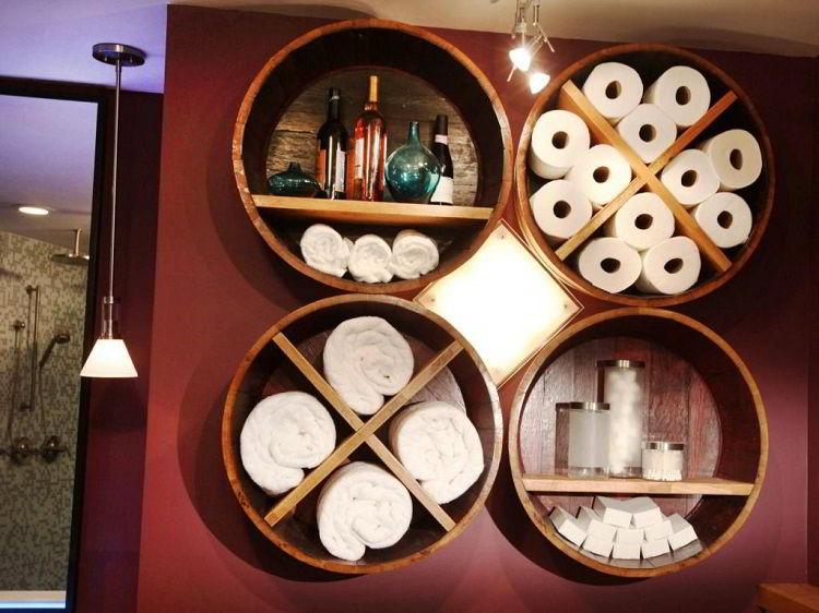 Prateleiras de madeira para banheiro com design redondo.