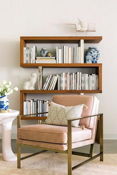 Prateleiras de madeira em design moderno numa sala de leitura.