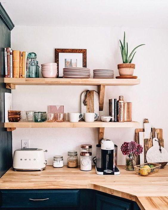 Prateleiras de madeira com vários objetos de cozinha.
