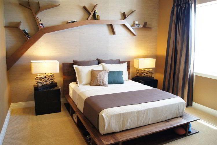 Prateleira de madeira para quarto instalada acima da cama e com design moderno e sofisticado.