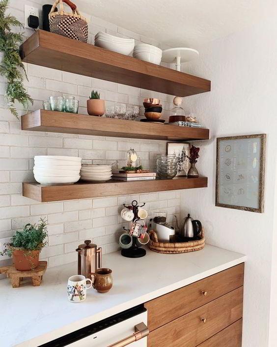 Prateleiras de madeira para cozinha.