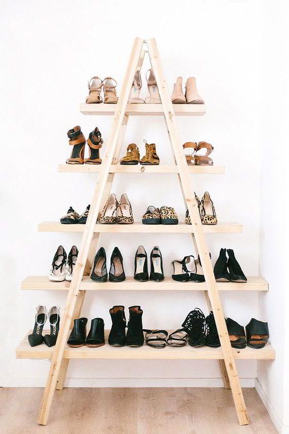Prateleiras no formato de escada para guardar sapatos.
