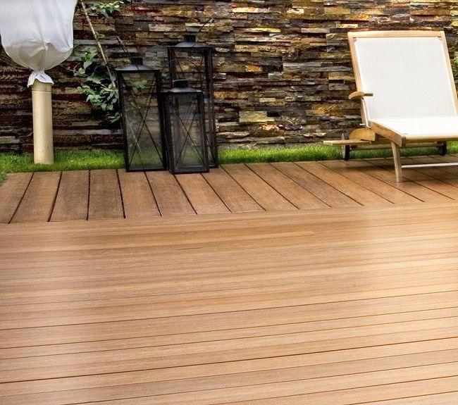 Deck de jardim feito de madeira tatajuba.
