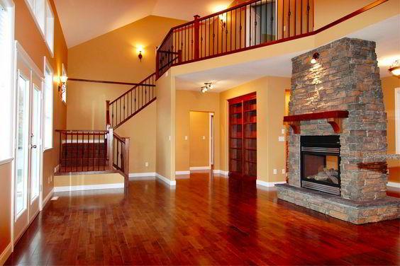 Sala sofisticada com assoalho de madeira bálsamo.