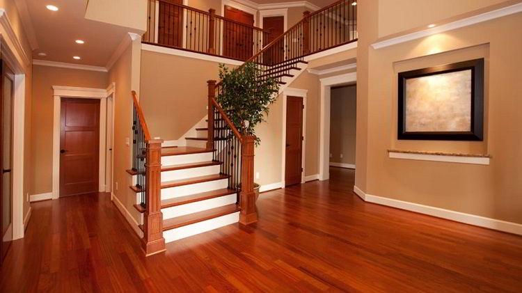 A madeira bálsamo garante sofisticação ao assoalho de madeira.
