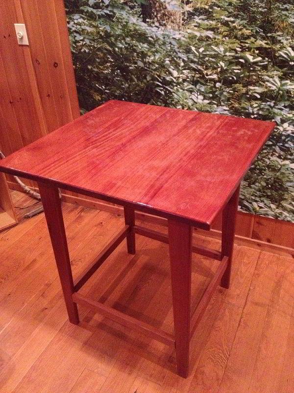 Mesa pequena envernizada feita de madeira bálsamo.