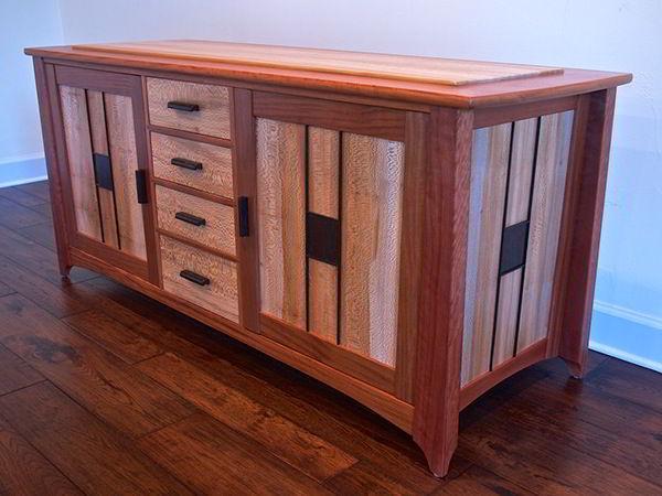 Armário/aparador feito de madeira cabreúva e sicômoro.