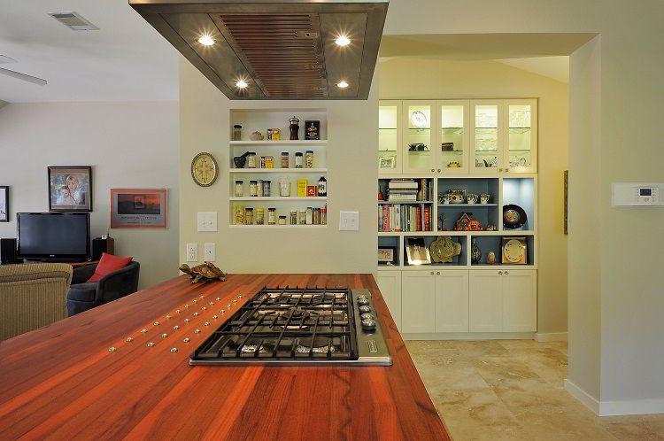 Tampo da bancada de cooktop feito de madeira bálsamo.