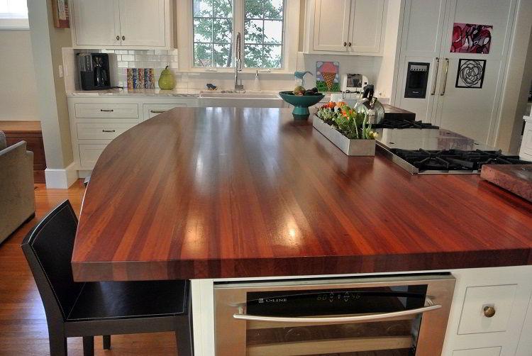 Tampo de balcão usado como mesa feito de cabreúva.