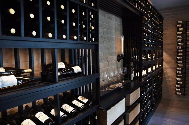Adega de vinhos moderna de madeira preta.