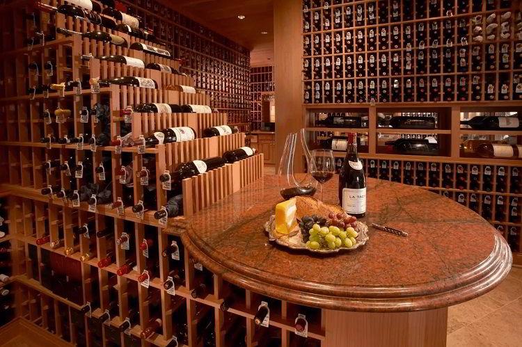 Adega de vinhos feita de madeira sequoia.