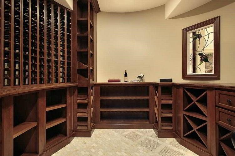 Adega de madeira elegante instalada em espaço pequeno.