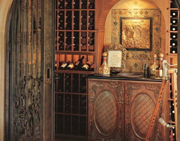 Adega de vinhos no estilo tradicional com estação de decantação vintage.