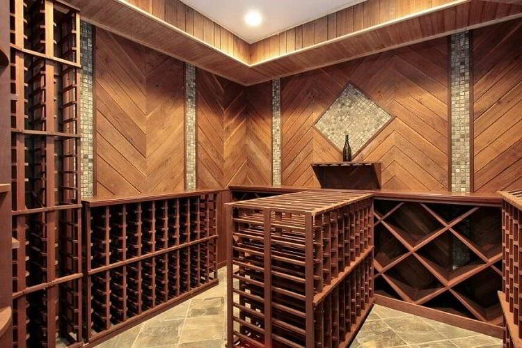 Adega de vinhos feita de madeira com paredes de painéis de madeira.